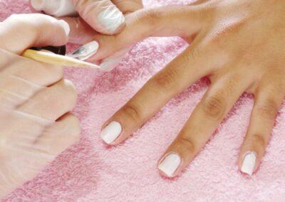 Esmaltando as unhas de mulher no salão de beleza Val Rechia