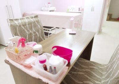 Mesa de atendimento para manicure e pedicure do salão de beleza Val Rechia